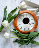 Un orologio, una tazza di caffè e tulipani Immagine Stock Libera da Diritti