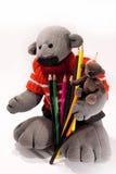 Un orso dei due giocattoli con una matita Immagine Stock