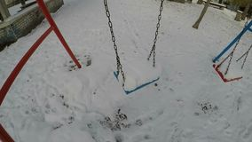 Un oscilación cubierto con una nieve cae metrajes
