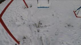 Un oscilación cubierto con una nieve cae almacen de metraje de vídeo