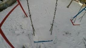 Un oscilación cubierto con una nieve cae almacen de video