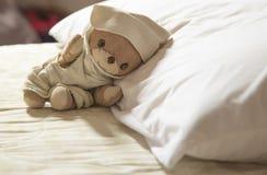 Un oso de peluche el dormir Imagenes de archivo