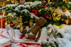 Un oso de peluche y ornamentos de la Navidad en un árbol de navidad imagen de archivo