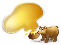 Un oso marrón y un pote de miel Fotografía de archivo