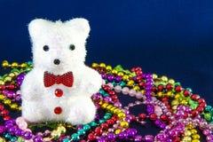 Un oso tiene mucho giftbox de la Navidad y del festival del Año Nuevo todo alrededor imágenes de archivo libres de regalías