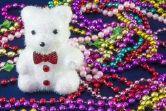 Un oso tiene mucho giftbox de la Navidad y del festival del Año Nuevo todo alrededor Imagenes de archivo