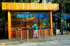 Un ospite che compra un biglietto allo zoo di Saigon, Vietnam Fotografie Stock