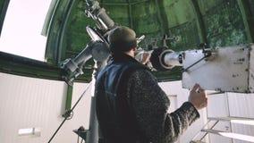 Un osservatore professionale dell'ingegnere di un coronografo solare ad un osservatorio solare sta lavorando con un telescopio sc archivi video