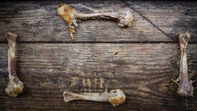 Un osso rosicchiato sotto forma di struttura su un bordo di legno Fotografie Stock Libere da Diritti