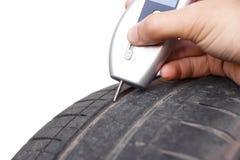 Un outil de mesure numérique de profondeur des rainures de pneu Images stock