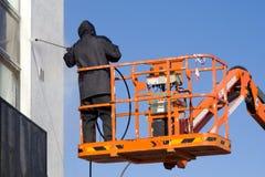 Un ouvrier dans une cerise-récolteuse Photographie stock libre de droits