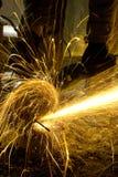 Un ouvrier est en acier et étincelle Photo libre de droits