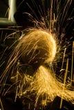 Un ouvrier est en acier et étincelle Images stock