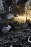 Un ouvrier est en acier et étincelle Photos stock
