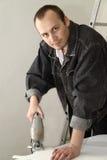 Un ouvrier expérimenté effectue son travail avec des scies sauteuses Photos stock