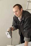 Un ouvrier expérimenté effectue son travail avec des scies sauteuses Images libres de droits