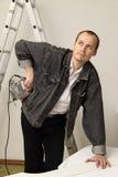Un ouvrier expérimenté effectue son travail avec des scies sauteuses Photographie stock libre de droits