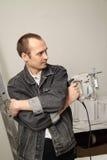 Un ouvrier expérimenté effectue son travail avec des scies sauteuses Image stock