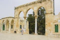 Un pèlerin entrant dans l'Esplanade des mosquées par la porte arquée et photographie stock