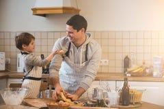 Un père et sa cuisson de fils Photo stock