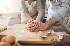 Un père et sa cuisson de fils Images stock