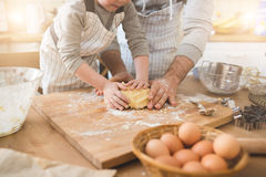 Un père et sa cuisson de fils Photos stock