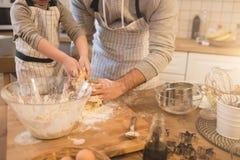Un père et sa cuisson de fils Photographie stock libre de droits
