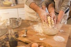 Un père et sa cuisson de fils Photos libres de droits