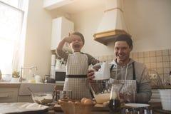 Un père et sa cuisson de fils Images libres de droits