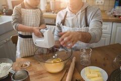 Un père et sa cuisson de fils Image libre de droits