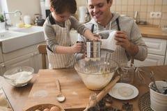 Un père et sa cuisson de fils Photo libre de droits