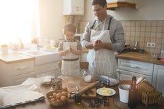 Un père et sa cuisson de fils Photographie stock