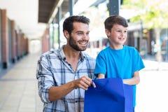 Un père et son fils regardant loin Photographie stock libre de droits