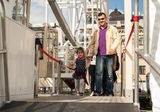 Un père heureux marche avec sa petite fille, holdig sa main image libre de droits