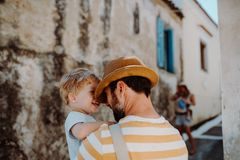 Un père tenant un fils d'enfant en bas âge dans la ville des vacances d'été photos libres de droits