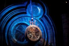Un péndulo gigante en el viaje de Warner Brothers Harry Potter Studio Imagen de archivo