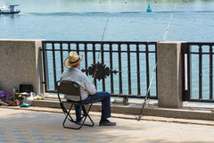 Un pêcheur dans un chapeau de paille images libres de droits