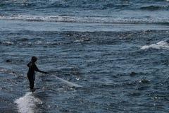 Un pêcheur de Balinese tirant dans son filet photographie stock libre de droits