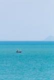 Un pêcheur en mer Photos stock