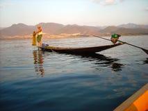 Un pêcheur prépare son piège images libres de droits