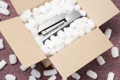 Un pacchetto che contiene una cucitrice meccanica Fotografia Stock Libera da Diritti