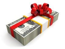 Un pacchetto del regalo dei soldi di 100 dollari con l'arco rosso del nastro Fotografia Stock