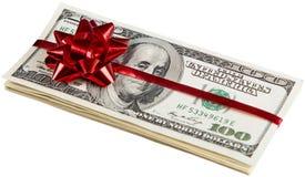Un pacchetto del regalo dei soldi di 100 dollari con un arco rosso - Immagini Stock