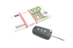 Un pacchetto di cento chiavi delle banconote e dell'automobile degli euro Fotografia Stock Libera da Diritti