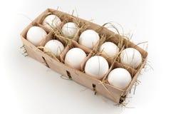 Un pacchetto di dieci uova bianche isolate Fotografia Stock Libera da Diritti