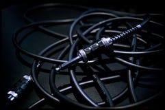 Un pacco di audio cavi su un amplificatore Dettagli e luci piacevoli Immagini Stock Libere da Diritti