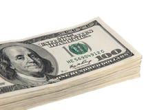 Un pacco di cento banconote del dollaro su un fondo bianco Isolato Fotografia Stock Libera da Diritti
