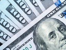 Un pacco di cento dollari di banconote Immagine Stock