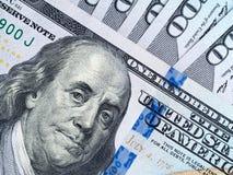 Un pacco di cento dollari di banconote Fotografie Stock Libere da Diritti