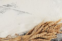 Un pacco di grano e papavero e farina sparsa sulle vecchie plance di legno Fotografia Stock Libera da Diritti